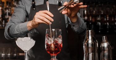 barman che prepara un cocktail